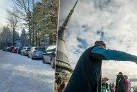 Stovky turistů vítaly nový rok na Ještědu. Orlické hory čelí návalu aut