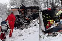 U Dobré na Rychnovsku havarovala sanitka: Skončila mimo silnici, dva zranění