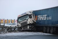 Nehoda blokuje Pražský okruh na Zličíně! Náklaďák prorazil svodidla, vyteklo z něj 400 litrů nafty