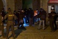 Koronavirus ONLINE: Zásah policie v Praze kvůli nelegální party. A Blatný o návalu na horách