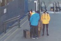 Vandal poničil sochu sira Wintona na hlavním nádraží, rozbil mu brýle. Policie hledá rodinu s dítětem
