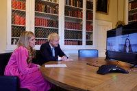 """K premiérovi se nastěhovala budoucí tchyně. Pomáhá Johnsonově """"vydřičce"""" s péčí o dítě"""
