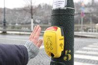 První bezdotykový semafor v Praze! Funguje na Dvořákově nábřeží, má snížit pravděpodobnost nákazy