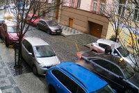 Surovec zmlátil ženu na Vinohradech! Donutil ji nastoupit do taxíku, vzal děti a odjel. Policie hledá svědky