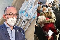 Očkování seniorů po česku: Tlačenice bez rozestupů při čekání na vakcínu. Blatný zuří