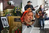 Pohřeb folkové legendy Tonyho Linharta (†80): Dav smutečních hostů v maskáčích a s kytarami!