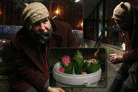 Prodejce květin Kamil (61) z Dejvické: Byl ženatý, aniž o tom věděl. Přespával i pod stolem v nonstopu