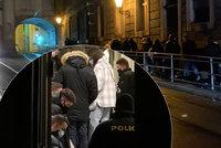 Další nelegální party v Praze! Policie vyhnala 28 lidí z baru na Starém Městě a 20 osob z bytu