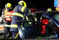 Takhle hasiči vystříhali na D1 řidiče z auta! Zezadu narazil do kamionu