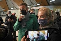 Navalného šoupli za mříže hned po příletu, nepustili k němu advokáty. Odsoudily to i USA