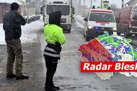 Autobus v příkopu, nehody na ledovce. Přijde nové vydatné sněžení, sledujte radar Blesku
