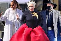 Hvězdy Bidenovy inaugurace: Maková panenka Gaga, třpytivá JLo a kovboj-republikán!