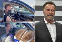 Arnold Schwarzenegger se nechal očkovat proti covidu: Zůstal při tom v autě!