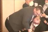 Rvačka ve Sněmovně: Vondráček nevidí výtržnictví, spíše pohoršení. Policii zapojit nechce