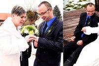 Rybářům přichystali kamarádi svatbu: Brali se na zamrzlém rybníku