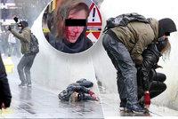 Češku Denisu v Nizozemsku drsně sejmulo vodní dělo: Má frakturu lebky a 18 stehů!