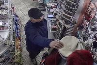 Neohrabaný lupič přepadl trafiku na Žižkově: Hrozil puškou! Pak si obrátil bundu naruby, maskovat tvář zapomněl