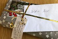 Hledá se děda Petr! Zatoulaný vánoční dárek v Trutnově baví internet!