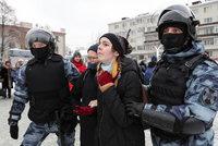 Razie kvůli protestům za Navalného: Domovní prohlídky, zátarasy v Petrohradě a obavy z bití