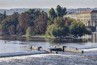 Velká voda zkomplikovala opravy Staroměstského jezu: Zaplavila jímku, práce se zpozdí