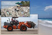 Pláže v exotickém ráji se bez turistů změnily na smetiště. Na Bali nestíhají uklízet odpadky