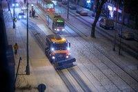 Prahu čeká mrazivý týden, teploty spadnou až k -14 °C! Ledovka potrápila řidiče už v noci na neděli