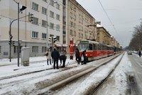 ŽIVĚ: Sněhová spoušť v Praze! Dopravu komplikují nesjízdné silnice, nehody i zapadané výhybky