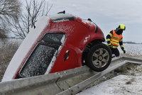 Sněhová kalamita s ledovkou ONLINE: Dálnice D1 stojí, v Praze kolabuje provoz