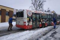 ŽIVĚ: Sněhová spoušť v Praze! Nesjízdné silnice i zapadané výhybky, kolemjdoucí vyprošťovali autobus