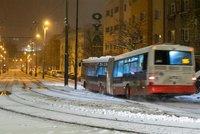 ŽIVĚ: Sněhová spoušť v Praze pokračuje! Potíže na železnici, zpožděné autobusy i tramvaje