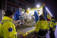 Koronavirus ONLINE: Převoz pacientů s covidem Fénixem na Moravu. A potíž s dodávkou vakcín Moderny