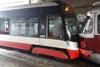 Dvě tramvaje se srazily v podjezdu u hlavního nádraží! Zranily se dvě ženy a řidič