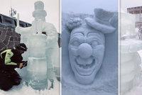 Krása na Pustevnách: Pod širým nebem sochají  z ledových kvádrů cirkus