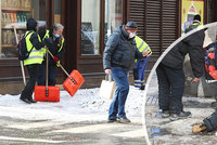 Pražský boj se sněhem: Nasadili 1211 metařů, ale... pražské chodníky kloužou dál!