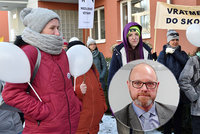 """Demonstranti bez roušek vtrhli k Plagovi domů. """"Bojujeme za normální život,"""" tvrdí"""