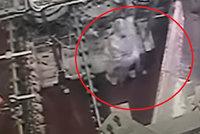 Šokující video: Mlýnek na maso v drůbežárně vcucl zaměstnankyni!