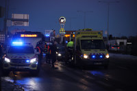 Potyčku dvou mužů na Černém Mostě (51 a 39) ukončila dopravní nehoda. Oba skončili v nemocnici