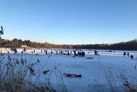 Češi vyrazili na zamrzlé rybníky: Ignorování varování, alkohol a kočárky na ledu