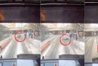 Šílené video! Muž vběhl do cesty přijíždějící tramvaji, zakopl o sníh a spadl přímo na koleje
