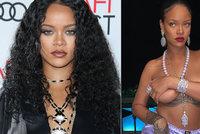 Rihanna svérázně potěšila fanoušky: Rukou si drtila nahé ňadro!