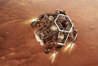 Vozítko NASA čeká komplikovaný manévr. Dosedne na Mars, kde bude hledat cizí život