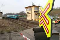 Sebevražda na kolejích: Vlak v Horních Měcholupech srazil muže, spoje v okolí stály