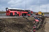Při nehodě autobusu zemřelo 17 lidí: Sjel z 200 metrů hluboké strže