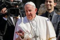 Papež se zotavuje po náročné operaci. Vyrazil na krátkou procházku, hlásí Vatikán