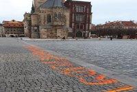 """""""Za oběti neschopné vlády."""" K bílým křížům za oběti covidu přibyl na """"Staromáku"""" nápis, tentokrát nelegální"""