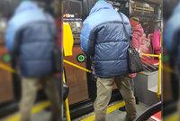 Onanista vytáhl penis v autobuse pražské MHD! Vyděšená žena ho vyfotila, úchyla hledá policie