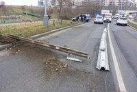 Řidič v Hostivaři napálil do svodidel, rozlétla se po silnici. Napodruhé nadýchal pět promile!