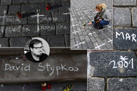 """Bílé kříže za oběti covidu dostávají konkrétní jména. Na """"Staromák"""" přicházejí rodiny zemřelých"""