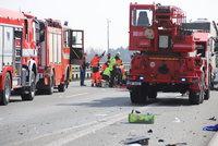 Vážná nehoda uzavřela dálnici D8! Srazila se dodávka s cisternou, pro zaklíněného řidiče letěl vrtulník