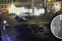 Výtržník ve Svitavách vylezl na Mariánský sloup: Křičel na celé náměstí a ničil sochy